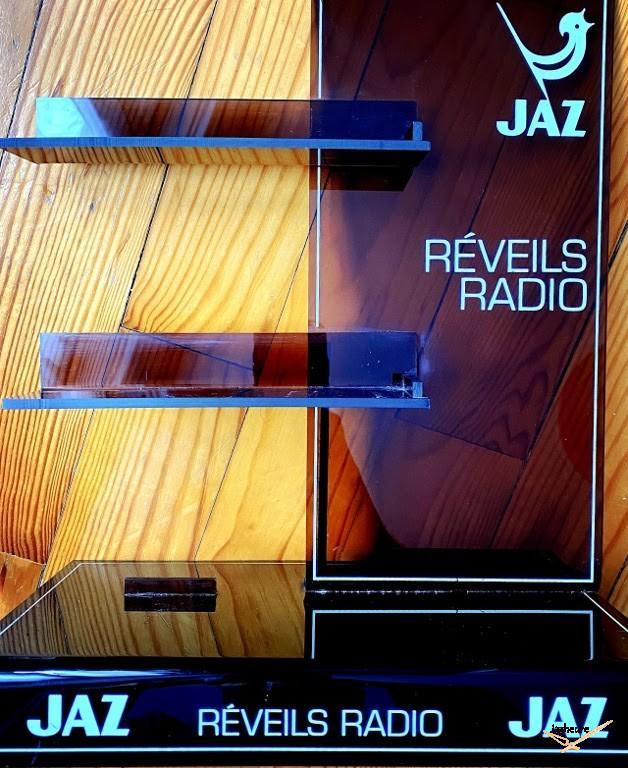 Présentoir publicitaire en plexiglas fumé pour réveils radio Jaz