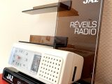 Présentoir publicitaire réveils radio Jaz avec une Horloge radio Jaz Mofic